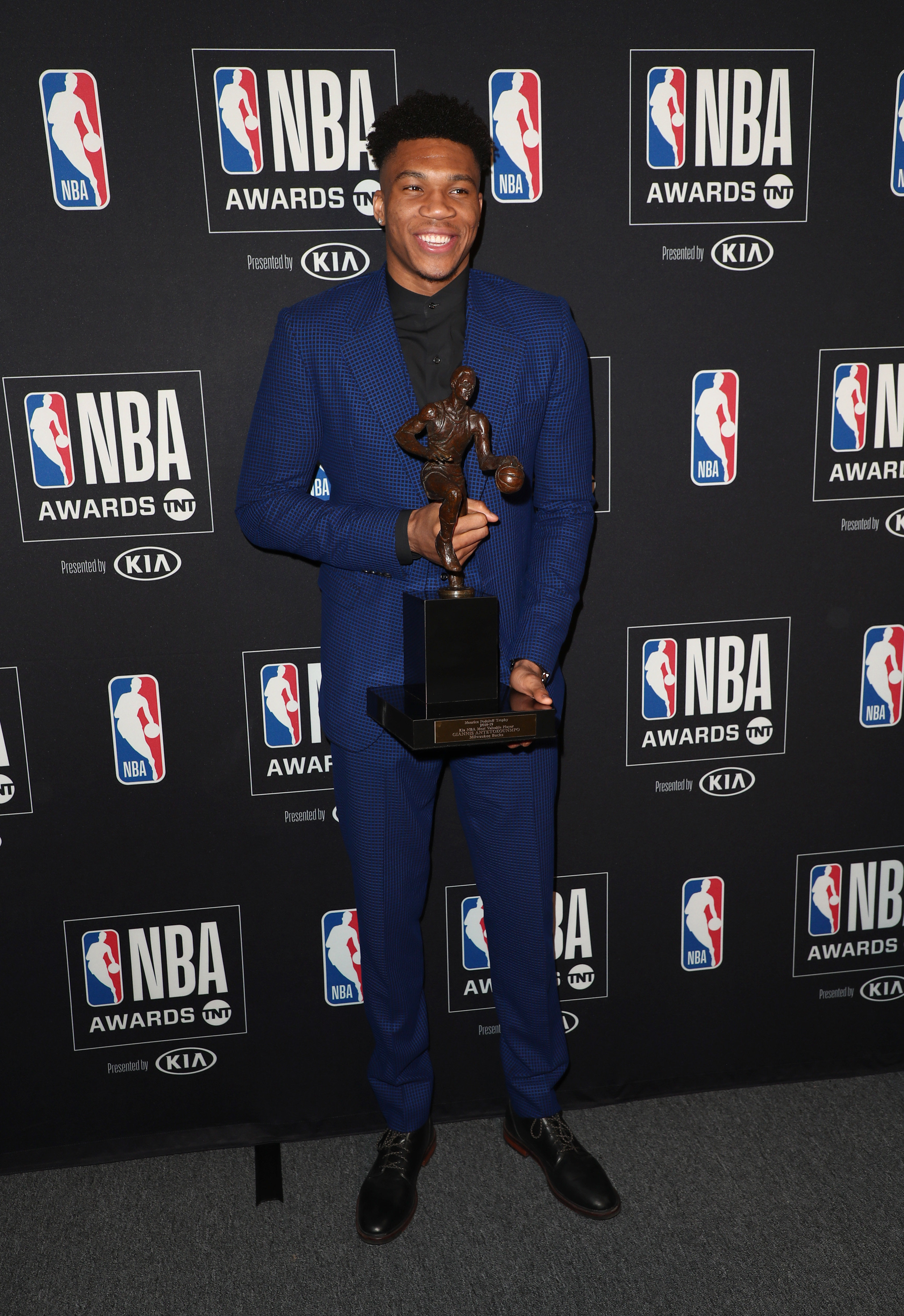 Giannis Antetokounmpo Named Most Valuable Player At 2019 Nba Awards Verge Hub